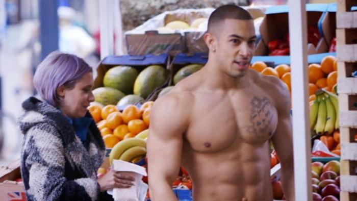 Él es el modelo que se desnudó y camufló entre frutas con