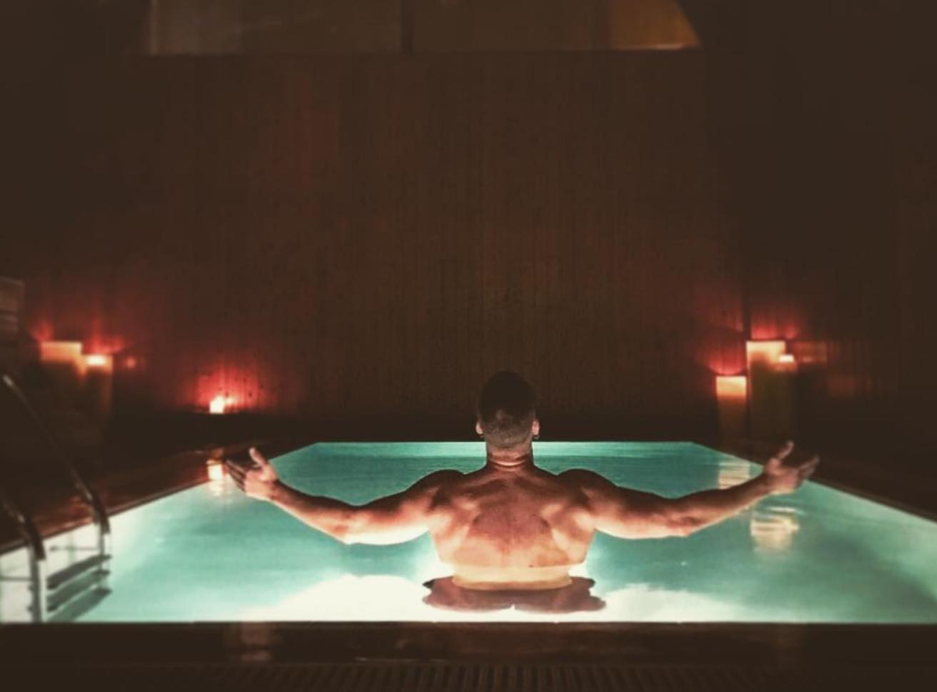 carles francino sexy desnudo piscina