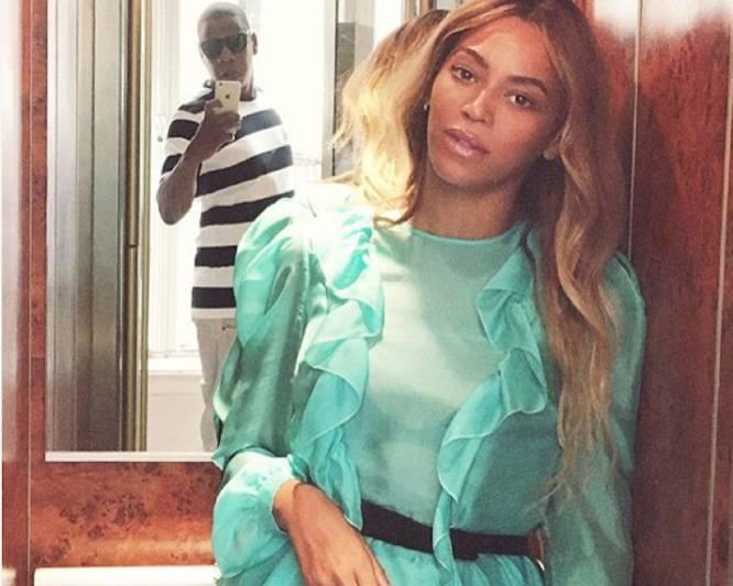 Beyoncé reflejo en el espejo
