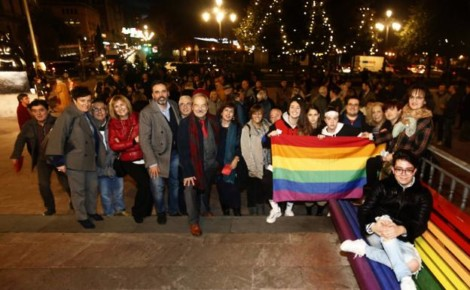 Manifestación en contra de la retirada de los bancos de arco iris en Oviedo