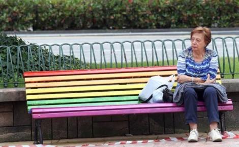 Oviedo retira bancos arco iris